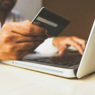 Persona che guarda il numero della propria carta di credito.