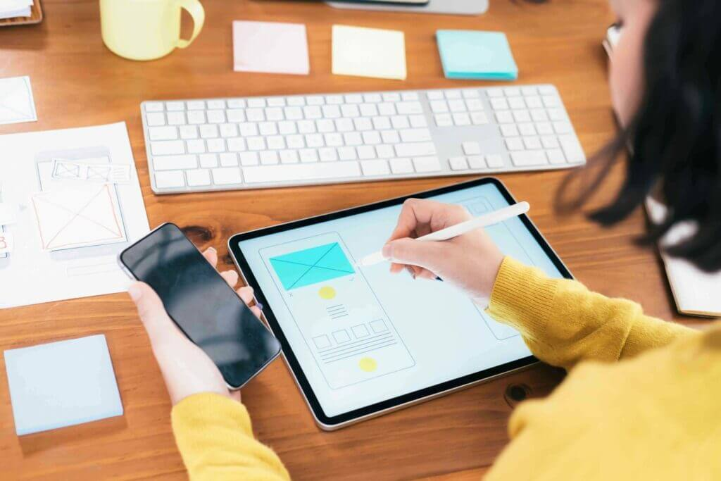 Ragazza che visualizza il suo investimento in ux su ipad e iPhone