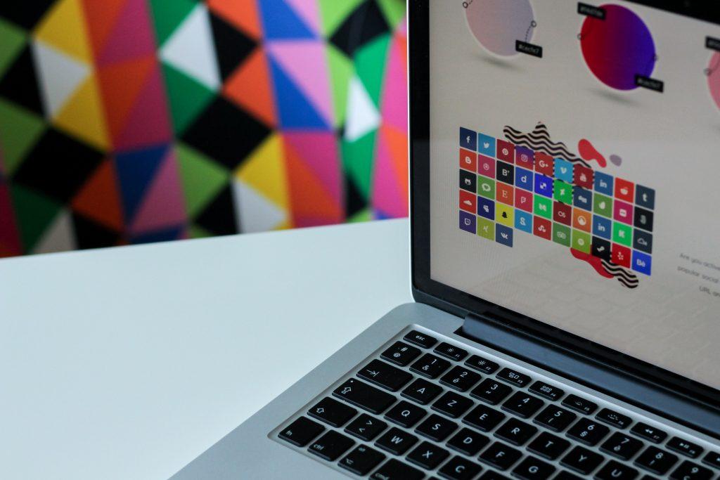 In foto il display di un pc accesso che raffigura diversi loghi