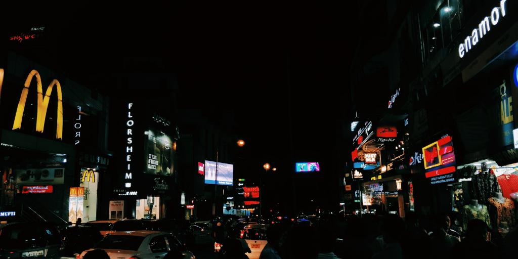 Foto di una metropoli al buio, molto scura